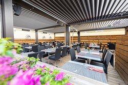 Dès les beaux jours, la terrasse sous pergola du Bee Maï vous accueille.