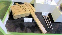 Clásico ejemplo del ingenio Inca donde se puede ver la construcción de un sistema de candado en madera con su combinación, de épocas de ocupación española