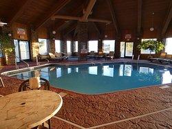 La piscine intérieure.