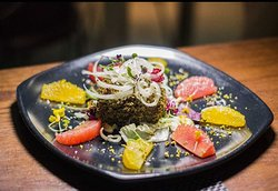 """Atún rojo Bluefin envuelto en pistachos de """"Bronte"""" a la plancha servido con ensalada cítrica de pomelo, naranja e hinojo. ¡Una perdición! ♥️ #instafood #foodie"""