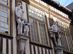 Façade et statues de l'ancien Hôtel d'Etancourt au 99 rue d'Amiens