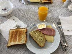 Saga biedt een lekker, compleet, goed verzorgd en afwisselend ontbijt aan.