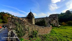 Монастырь San Xulián y Basilisa de Samos - вид со стороны дороги