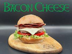 """-Green Clover Irish Pub Menù-  """"Il panino è uno scrigno che racchiude un tesoro"""" #baconcheeseburger Carne di Manzo di prima scelta, insalata e pomodori freschi, cipolla caramellata di nostra produzione, fontina e bacon croccante"""
