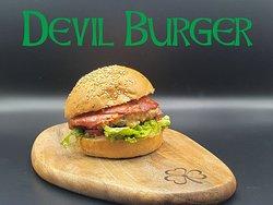 """-Green Clover Irish Pub Menù-  Forse c'è un diavolo in me""""👹 #devilburger Macinato di Manzo di primissima scelta, insalata e pomodori freschi, cipolla caramellata di nostra produzione, Salame Piccante e Salsa Piccante home made🌶🌶 E se hai una fame diabolica...#doubledevilburger"""