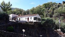 O restaurante ao cimo da praia fluvial.