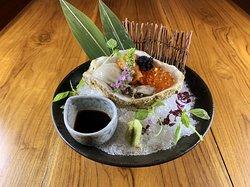 プレミアム生牡蠣 Shelled Oyster served with Sea Urchin, salmon roe, and Caviar