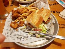 shrimp po boy - sanduíche de camarão na baguete
