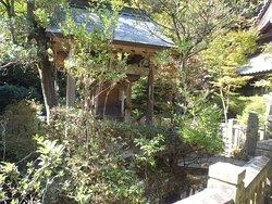 護摩壇跡の三角池、弁財天の祠