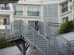 la chanmbre vue de l'extérieur (juste au dessus de l'escalier).  Elle n'est pas connectée à l'escalier et se trouve à l'extreme arrière de l'hotel