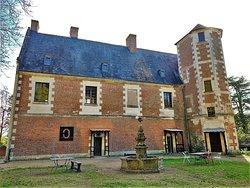 Ce château fut détruit dans sa plus grande partie pendant et après la révolution de 1789, seule, la tour d'escalier, reste de la construction d'origine. D'autre part, il faut imaginer le changement d'environnement, des plaines cultivées d'antan au milieu urbain d'aujourd'hui.