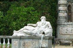 Fontana nel parco della villa