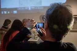 El equipo de conservación del Museo Marc contando al público su proceso de trabajo.