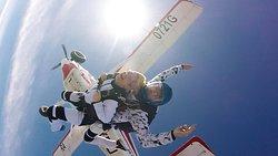 Прыжки с парашютом в тандеме с инструктором с высоты 4200 м.  ➡ время инструктажа 15 минут перед прыжком. ➡ время свободного падения 40-60 секунд на скорости 200 км/ч