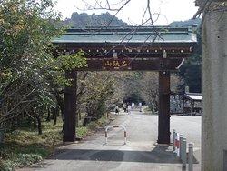 簡素な山門