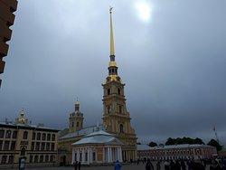 la cathédrale et sa flèche dorée