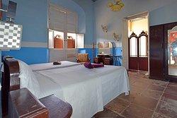 Nuestra auténtica habitación colonial, pisos de Losa Bremesa, altos ventanales, amplitud, comodidad y estilo