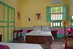 Otra de las habitaciones coloniales, más privada, más tranquila con sala de estar y demás comodidades