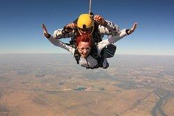 Прыжок с парашютом в тандеме с инструктором с высоты 4200 м.