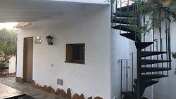 Exterior, detalle de la escalera de caracol que sube a la terraza (3 dormitorios y 3 baños independientes)