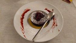 Tortino al cioccolato con salsa ai frutti rossi e crema inglese