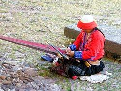 Generalmente en el patio es posible ver algunas cholitas que trabaja el telas de cintura