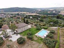 Blick über das Agriturismo aufs Dorf
