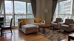 Un salon d'angle doté d'un large balcon donnant sur Canary Wharf.