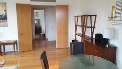 La salle à manger avec au fond la vue sur une des deux chambres.