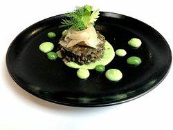 Dentelle d'esturgeon fumé maison et lentilles vertes de Puy, fine gelée anisée, crème d'Isigny au céleri
