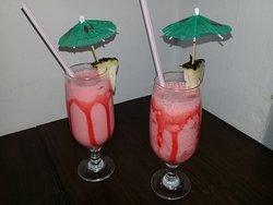 Coquetéis variados, com álcool e sem álcool.