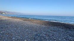Queste sono una delle numerose spiaggie del lungomare di Alušta, se non sai dove fermati, allora pensa a camminare e godrai di uno spettacolo unico, sono rimasto molto contento anche se nel mese di ottobre c'è poca gente, con le persone giuste, è un buon è meritato riposo