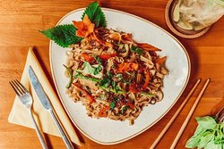 """Here you see Pho Xao, fried rice noodles with vegetables. 😍 Phở Xào (pronounced """"feao sao"""") uses the same rice noodles as in the well-known Vietnamese noodle soup Phở. In contrast to the soup, the rice noodles are fried here."""