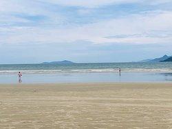 Um paraíso, praia calma para quem tem crianças, sem ondas, água rasa. Boa para caminhadas.