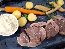 Tête de veau de la ferme des Béguets à Saint Menoux, sauce gribiche, légumes glacés.