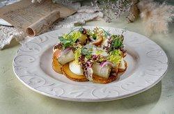 Salad with smoked codfish and fried potatoes a la Pushkin