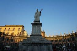 Monumento a Dante Alighieri em Nápoles.