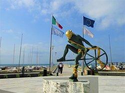 """Skulptur """"Der Seefahrer"""" vor der Seebrücke in Forte dei Marmi"""