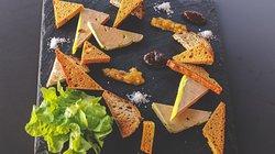 Planche Foie Gras : Foie Gras de canard maison, 2 sortes de confitures, toasts nature et pain d'épices
