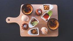 Planche sucrée : Beignet au chocolat, vernie de panna cota aux fruits rouges, crème catalane, Tiramisu et cannelé Bordelais