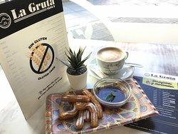 """La Gruta Tapa's Nervion no solo nos dedicamos a darles de almorzar y cenar, también nos dedicamos a dar desayunos y meriendas casera así como """"Los Churritos con Canela"""" puedes combinarlo con chocolate o azúcar ....como siempre todos nuestros producto es #singluten #sinlactosa pero si con mucho cariño y dedicación #meriendasingluten #churrosingluten"""