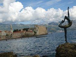 Statua Ballerina ve arkada Budva