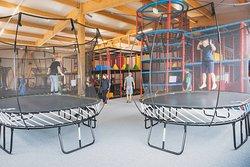 Zone enfants - trampoline et structures de jeux pour les 0-6 et les 4-12 ans
