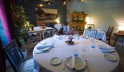 Mesa redonda en la sala privada del restaurante Olive en Torrelodones.  Ideal para cenas románticas, comidas de empresa y reuniones familiares