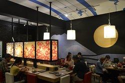 店内写真。日本の伝統を基調にした和モダンなデザイン。Jazzが流れる。