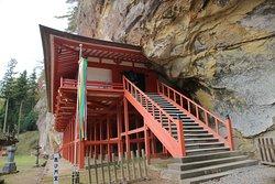 岩肌の中に入り込む毘沙門堂