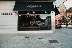 Kram Bar y su posición estratégica te permitirá llegar fácilmente, tanto en coche como en transporte público. A 5 minutos del centro de Valencia.