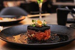 Tartar de salmão com ovas de capelini.