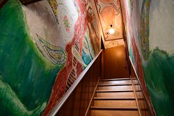 The wall art. 階段の壁画。