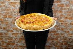 Carciospeck, pizza con bordo ripieno di crema di carciofi e speck